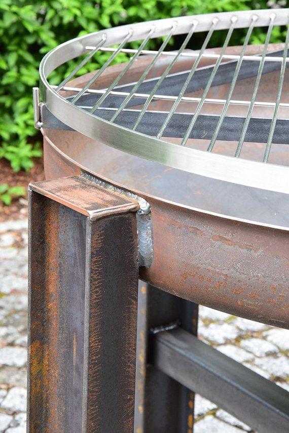 Acier pur !  Le bol de feu mesure 80 cm de diamètre et donc beaucoup de place sur la grille en acier inoxydable pour le plaisir du barbecue.  La grille est réglable en continu en hauteur. Il est pris par le biais de l'inférieur poignée est fournie avec un fil sur la hauteur désirée par simple torsion ou ouvert.  La grille et la grille peuvent être soit complètement supprimée édition après une grillade ou simplement tourné vers le côté pour être prises pour assurer un agréable feu de camp…