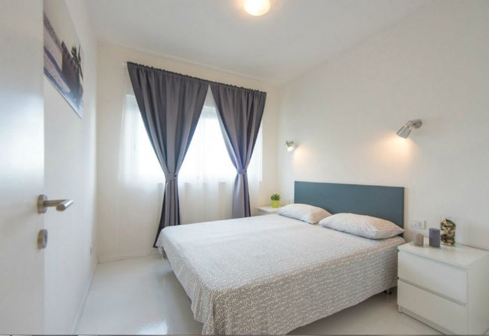 Белоснежная спальня в стиле минимализм.