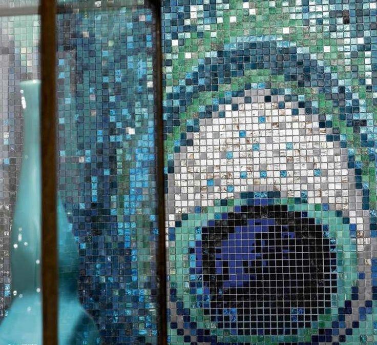carrelage mosaique vert bleu et blanc design par Sicis à motif plume de paon
