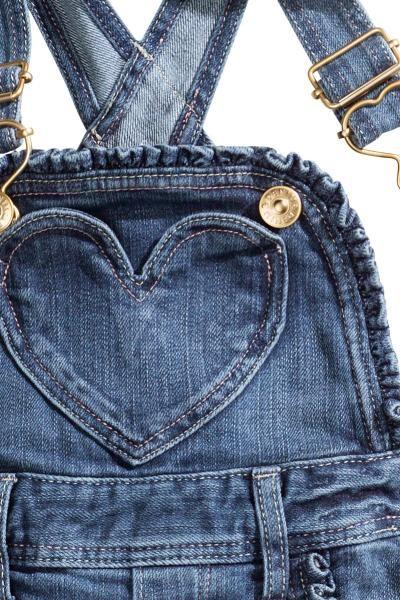 Peto vaquero: &DENIM. Peto en denim elástico y lavado con tirantes ajustables, ribete con volante decorativo en la parte superior y en los bolsillos al bies, un bolsillo con forma de corazón en la parte superior, bolsillos traseros y botones de presión en los laterales.