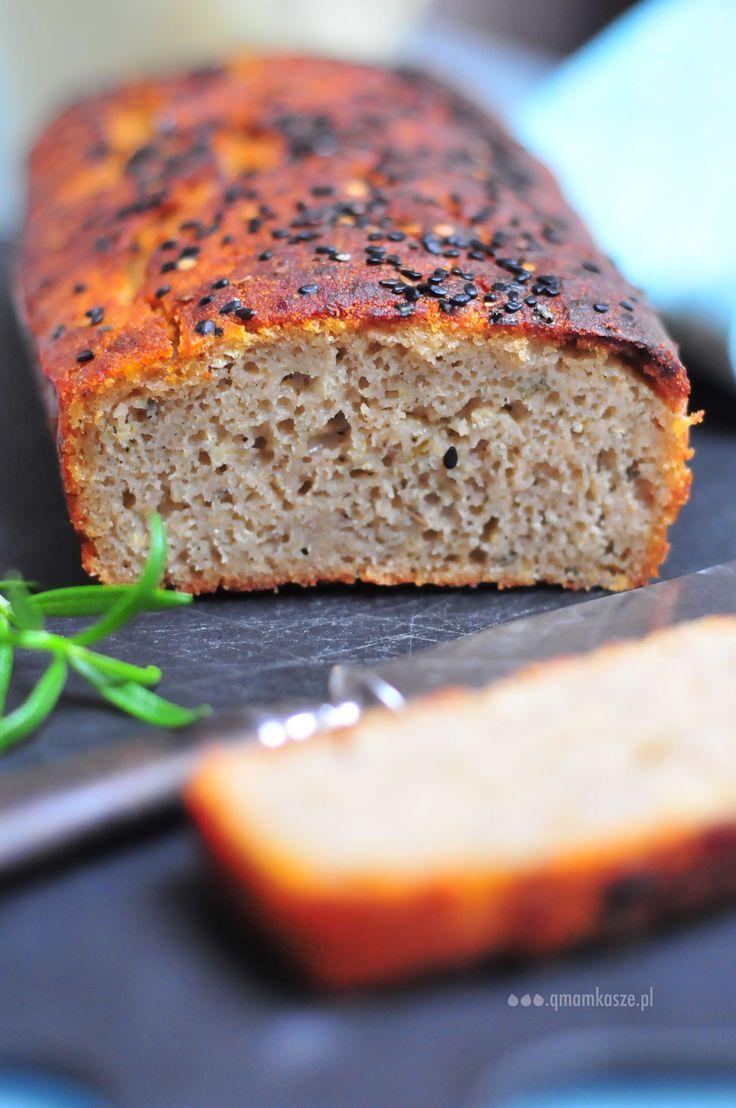 Chrupiący chleb wolny od glutenu. Na domowym, gryczanym zakwasie. Pachnie rozmarynem, czosnkiem i sercem które w niego włożyłam.