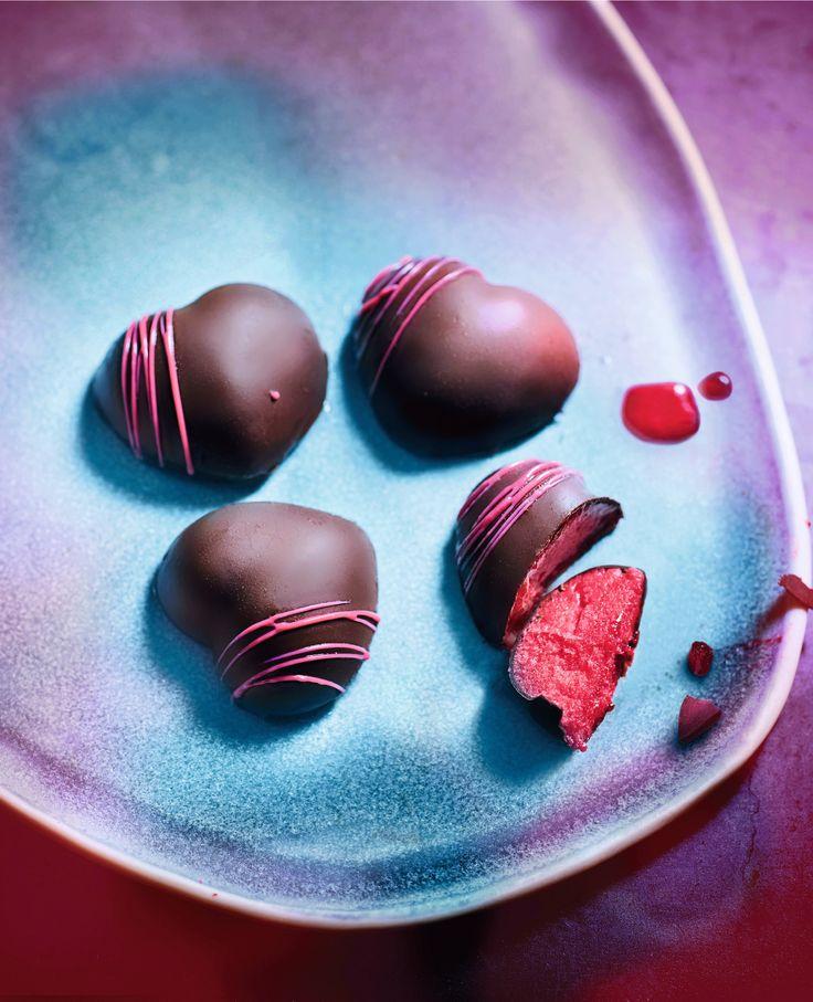 Pour une fin de repas romantique à souhait, partagez ces 8 bouchées à deux ! Et laissez-vous surprendre par le sorbet framboise qui se cache sous le chocolat noir. Une audace qui fait tout leur charme.