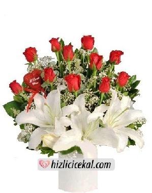 Seramikte Gül ve Lilyumlar  Hızlı Çiçek Al ile sevdiklerinize aynı gün teslimat seçeneği ile beyaz seramik içinde 11 adet kırmızı güller ve 3 adet açmış lilyum çiçeklerinden hazırlanmış çiçek aranjmanı sipariş edin.  68,85 tl + kdv  http://www.hizlicicekal.com/cicekler/cicekciler/cicek/129/seramikte-gul-ve-lilyumlar/