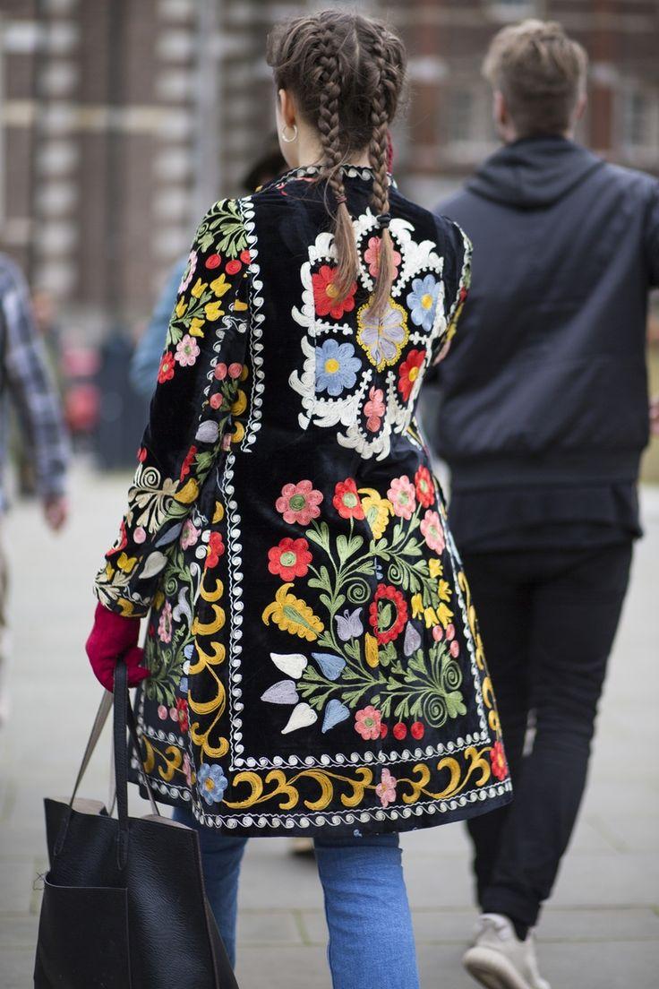 Depois de uma temporada de frio extremo em Nova York, os fashionistas que seguiram para Londres aproveitaram as temperaturas positivas para aposentar os casacos pesados e acessórios de inverno e apostaram em looks mais leves e acessórios coloridos. Mesmo no inverno, teve até quem tirasse do armário micro comprimentos para encarar a maratona de desfiles. Confira na galeria os looks de street style da London Fashion Week Inverno 2017.