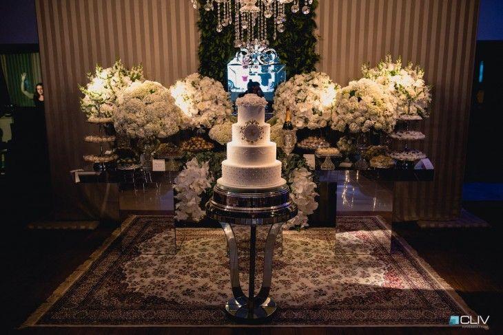 Decoração de casamento clássico com flores em branco e verde.