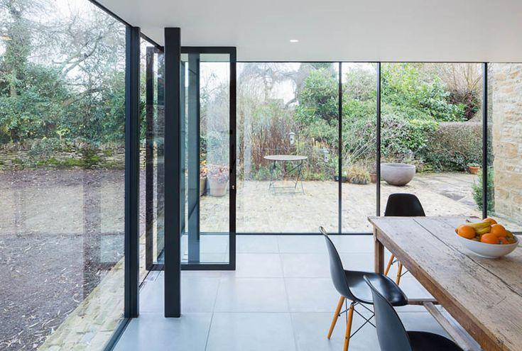 rozbidowa starego domu z kamienia, szklana dobudowa, przeszklone wnętrze