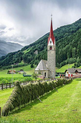 Valle Aurina - Ahrntal, località San Martino - Essiccazione del fieno (Drying of hay)   da cicrico