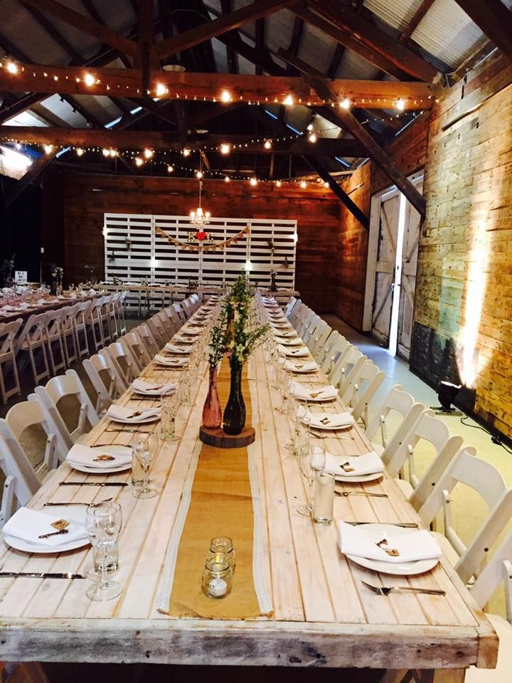 Hessian table runners, timber tables, pallet wall