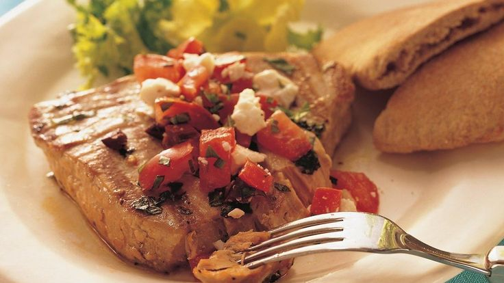 Darnes de thon grillées à la méditerranéenne--------------Le thon grillé rappelle la Méditerranée avec ses tomates, ses olives et son basilic.