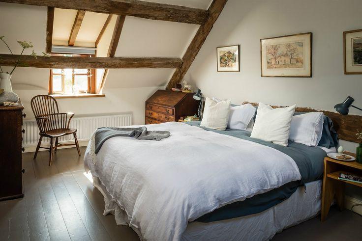 Tři ložnice se nacházejí v podkroví, dvě v přízemí statku. Všem je společný jadrný, ale přesto elegantní venkovský styl a klasické materiály.