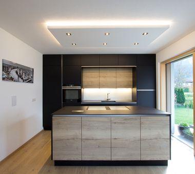 Schwarze Küche mit Kochinsel im Eichen-Look
