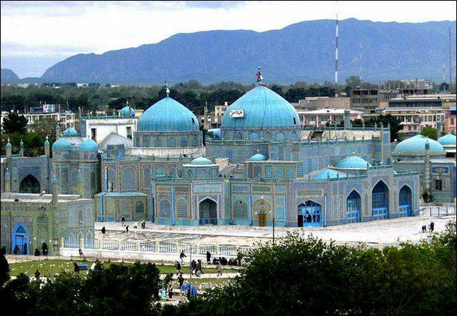 乾燥した荒野の中に際立つ青、アフガニスタン・マザーリシャリーフに建つ「ブルーモスク」