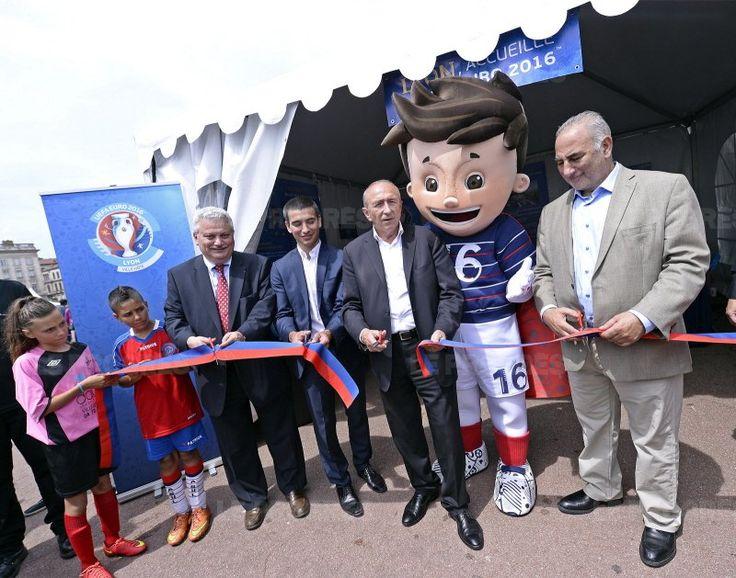 Aux côtés de ses adjoints Yann Cucherat (aux sports, g.) et Georges Kepenekian (1er adjoint, d.), le maire de Lyon Gérard Collomb a déclaré l'Euro 2016 ouvert dans sa ville... dans 365 jours ! Photo Stéphane Guiochon