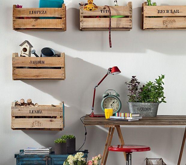 Parafusados na parede, os caixotes, R$ 5 cada um na Ceagesp, organizam os itens da casa por categoria (Foto: Casa e Jardim)