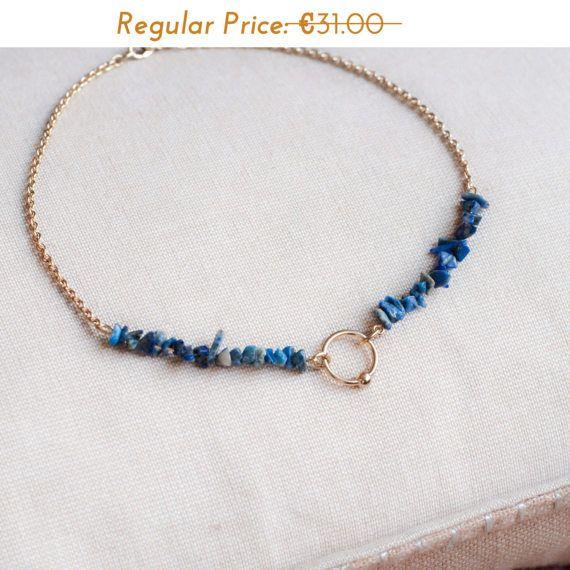 Lapis Lazuli Choker kristal ketting, een mooie edelsteen kralen ketting met natuurlijke helende kristal kralen! Deze prachtige blauwe en gouden choker met natuurlijke Lapis Lazuli kralen zal sommige prachtige kleuren toevoegen aan je nek! De diepe, hemelse blauw van de kralen charmant contrasteert met de gouden ketting maken een must-have-ketting!  Gemaakt op bestelling in onze atelier in Parijs en komst in het is eigen prachtige geschenkverpakking.  Please, voel je vrij om message me als…