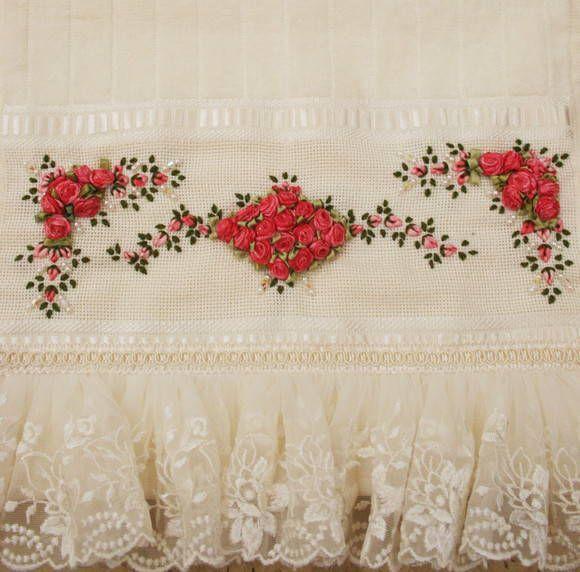 Toalha de Lavabo bordada na cor coral mesclado e renda trabalhada em flores.