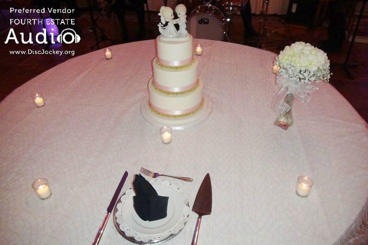 Love the cute cake topper! #RealChicagoWedding