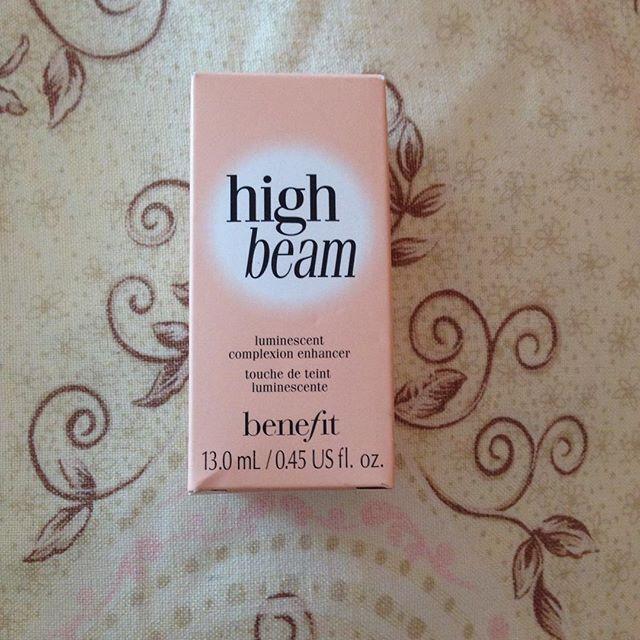 High beam de Benefit un poco de brillo para mi piel. Existe la versión para piel bronceada.