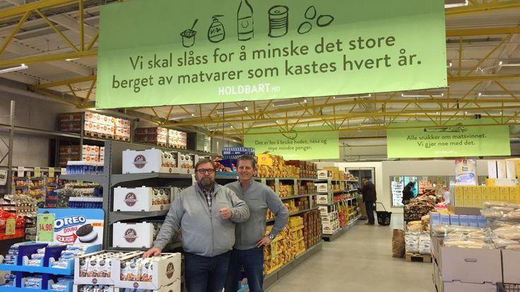 ENESTE I NORGE:Trond Laeng (t.v) og Thor Johansen (t.h) vet aldri hvilke varer de har i butikken. De kjøper opp mat som ikke kan selges i vanlig matvarebutikk. Stadig flere kunder finner veien til butikken i Vestby. Etter tre måneders drift er de to grunderne klare for nettbutikk og filial i Oslo. Foto: TINE FALTIN