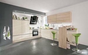 Keukenloods.nl - Coreglia #hoekkeuken Deze ruimte hoekkeuken is uitgevoerd in hoogglans vanille. De lijnen die ontstaan door de greeploze kasten geven de keuken een strak en modern uiterlijk. Aan de bar heb je gezellig contact met degene die in de keuken staat.