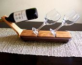 Ecco un modo unico per visualizzare una bella bottiglia di vino o champagne insieme a un bel paio di occhiali. Questo sarà grande sul tuo bancone, bar o tabella.  Fatto di ricci in ciliegio e noce nero.  Dimensioni, Circa 20 lungo 6 vasta Questo pezzo ha una mano si strofinò finitura ad olio.  Bottiglia di vino e vetro non incluso.  Ciò renderebbe un grande regalo di matrimonio, un anniversario o riscaldamento casa. O un grande regalo per tutti gli amanti del vino là fuori  .