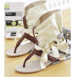 Ürünümüz kısa topukludur. Düz ayakkabı olarakta tercih edilebilir.  2013 Sezon Asya modasıdır. 2 renk seçeneği mevcuttur.  Yaz aylarında rahatça kullanabileceğiniz şık ve rahat bir tasarıma sahiptir. Ayağınızı kesinlikle rahatsız etmez .