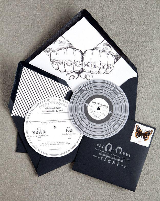 Esta invitación inspirada en discos de vinilo advierte a todos que traigan sus zapatos de baile porque la música será fabulosa.   19 Invitaciones de boda que merecen ser enmarcadas para siempre