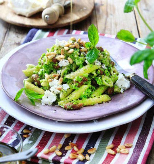 Med frysta ärter och en mixerstav gör du enkelt en nyttig och matig pesto som passar utmärkt att blanda med pasta och goda borlottibönor.