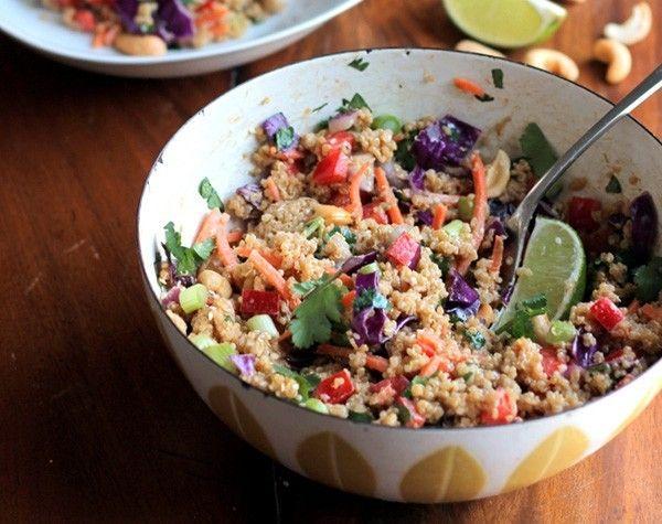 Met deze overheerlijke Thaise quinoa salade met cashewnoten en gember-amandel dressing (veganistisch en glutenvrij) creëer je thuis een Oosterse sfeer.