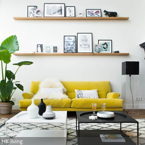 Das gelbe Sofa bildet den Mittelpunkt dieses Wohnzimmers und bringt zusammen mit der grünen Zimmerpflanze frische Farbakzente in den Raum. Die beiden  …