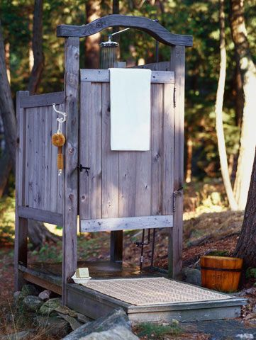 Pallets: Rustic outdoor shower stall - http://dunway.info/pallets/index.html