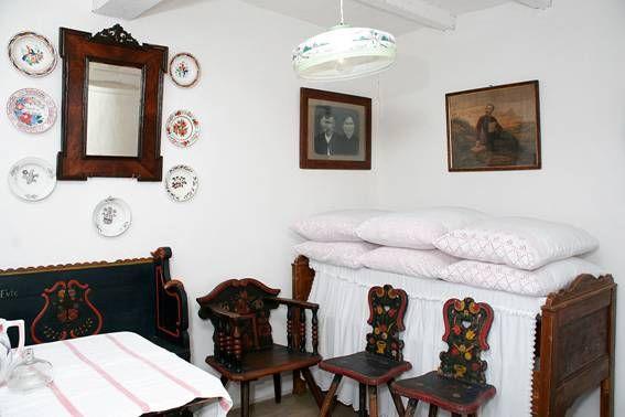 Bútorművesség - Gondolkodószék és támlásszékek. – Szobarészlet az ópusztaszeri emlékpark hagymás szobájából