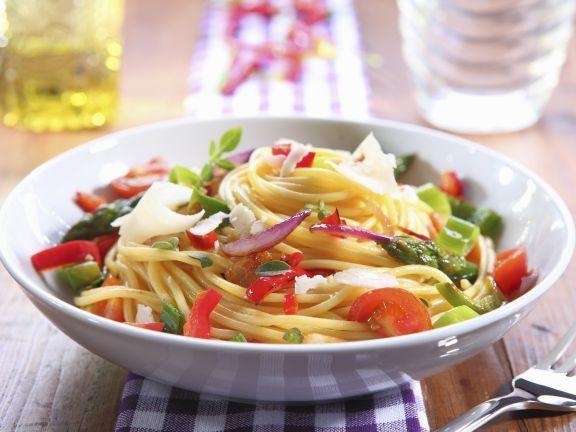 Pasta mit bunter Gemüsesoße ist ein Rezept mit frischen Zutaten aus der Kategorie Fruchtgemüse. Probieren Sie dieses und weitere Rezepte von EAT SMARTER!