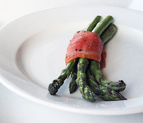 When you need a low-carb snack with a bit of a sophisticated edge, make our asparagus and salmon bundles. Don't let looks fool you; these are beyond simple to make.