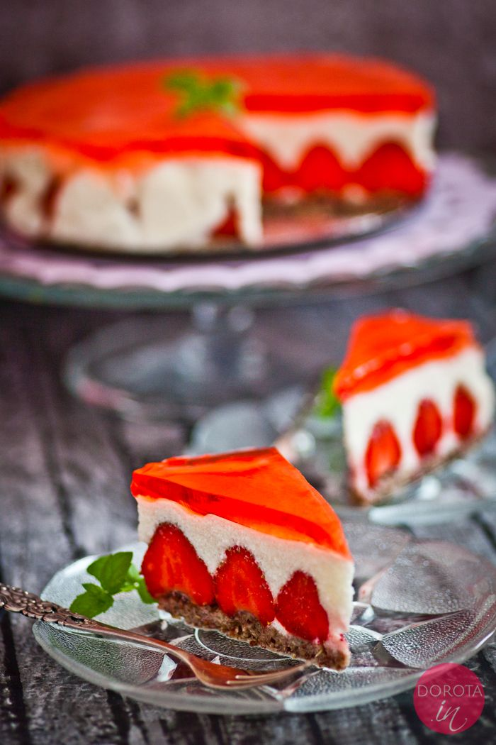 Sernik z truskawkami na zimno - elegancki sernik na deser, który można przygotować bez miksera.  Przepis do wydruku: http://dorota.in/sernik-z-truskawkami-na-zimno/  #food #kuchnia #przepis #ciasto