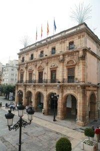 Castellón -Ayuntamiento del siglo XVIII  (Banderas de Castellon, Cataluña, España y Union Europea)