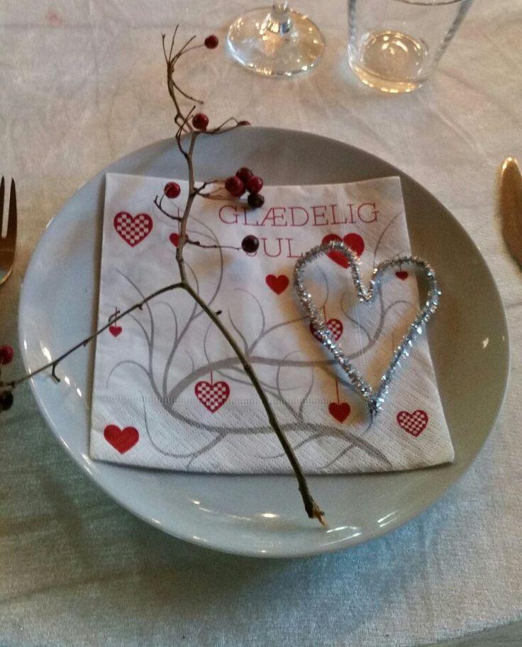 Semplice decorazione per cena natalizia. Il cuore e' realizzato con gli scovolini pulisci pipa argentati.