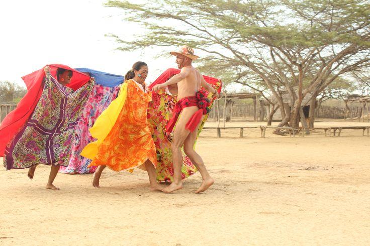 """Baile  Wayuu """"Yonna"""" En la Guajira tierra paradisiaca de Colombia, habitan los Wayuu, comunidad indigena que vive arraigada a sus costumbres, dentro de las cuales se encuentra el baile de la Yonna, ellos ejecutan este ritual para la cura de enfermedades, para protegerse de sus enemigos, y por otras cosas que son importantes en su cultura."""