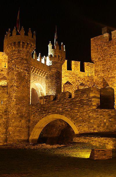 EL BIERZO.Castillo de Ponferrada (El Bierzo). Spain. Un castillo en medio de una ciudad, lugar mágico.