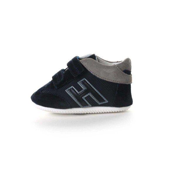 Sneakers neonato Olympia della linea calzature Hogan Baby; tomaia realizzata in morbidissimo suede di camoscio con inserti in nylon tecnico nei colori blu navy e grigio medio