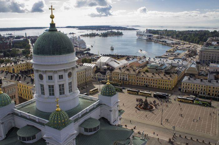 Helsingin tuomiokirkko on normaalisti valkoinen.