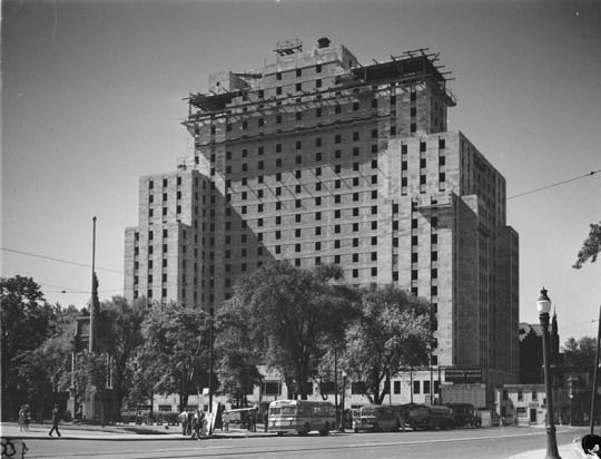 Le Laurentian Hotel en construction sur la rue Windsor devenue la rue Peel coin René Lévesque à Montréal, 20 juillet 1947 / Conrad Poirier - BAnQ Vieux-Montréal P48,S1, P15127