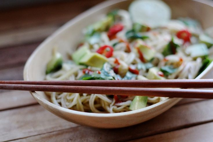 Koolrabi recept, the asian way. Pittige noodles met avocado en limoen.