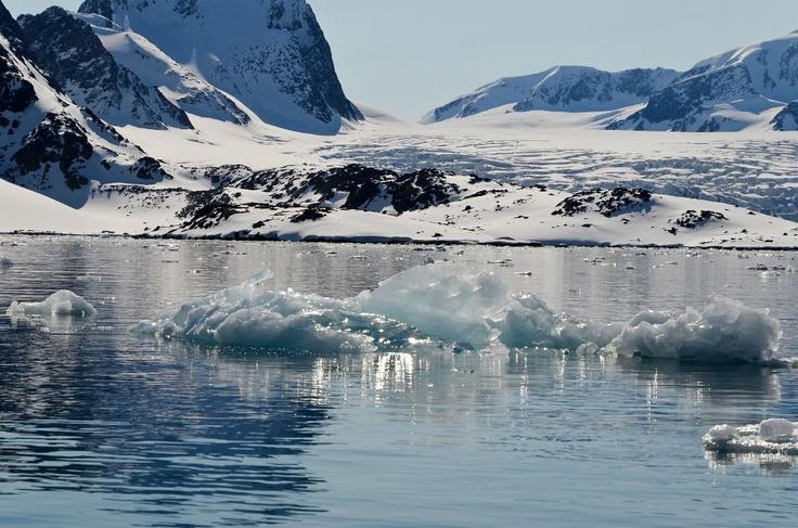 DSC0120 Spitsbergen Smeerenburgfjord ijsfiguren 110611.jpg - Spitsbergen - noordwestkust - we varen vanuit het noorden door de Smeerenburgfjord. Steeds fraaie ijssculpturen, smeltend in de zon.