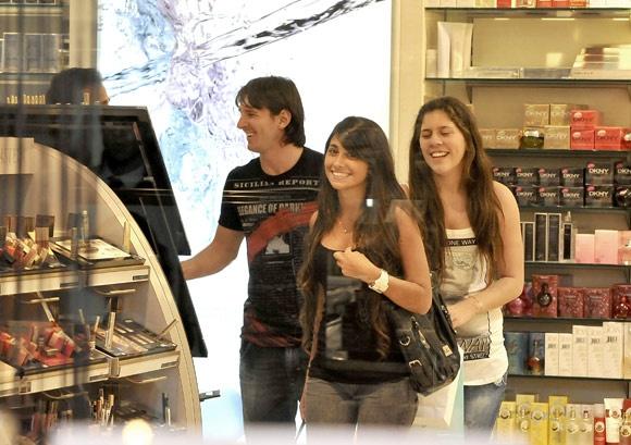 Messi & Girlfriend Antonella Rocuzzo Shoping!