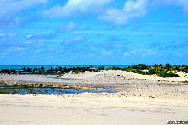 Localizada na pontinha sul do estado, na divisa com a Bahia, a Praia do Saco é considerada uma das mais belas do Sergipe. Ela fica a apenas 68 quilômetros da capital, Aracaju, e oferece aos visitantes 5 quilômetros de areias branquinhas, mar tranquilo de águas cristalinas, sombras de coqueiros e uma série de formações rochosas para embelezar ainda mais a paisagem.