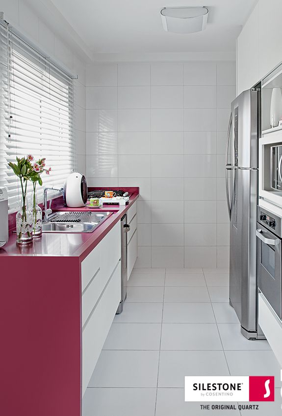 With Silestone Magenta Energy your spaces seem to be alive! If you like vibranting colors, dare to use this color! Photo credits: Luis Gomes / Revista Mi Casa #interiordesgin #trends