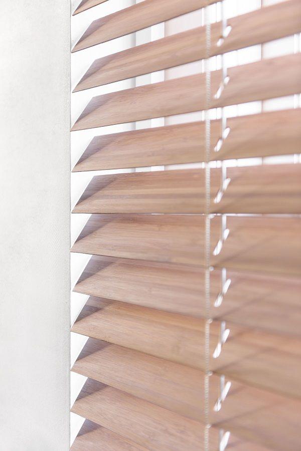 Een detail van een horizontale #jaloezie. Horizontale jaloezieën van #bece. #bamboe #duurzaam www.tencatewonenenslapen.nl