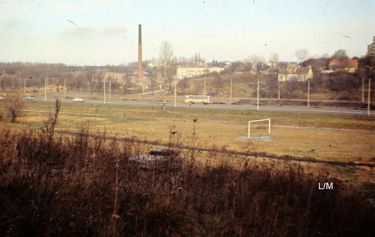 Ok. 1979 r. Widok na cegielnię przy ul. Kosmowskiej z miejsca gdzie są teraz schody między ul. Junoszy i Ćwiklińskiej.