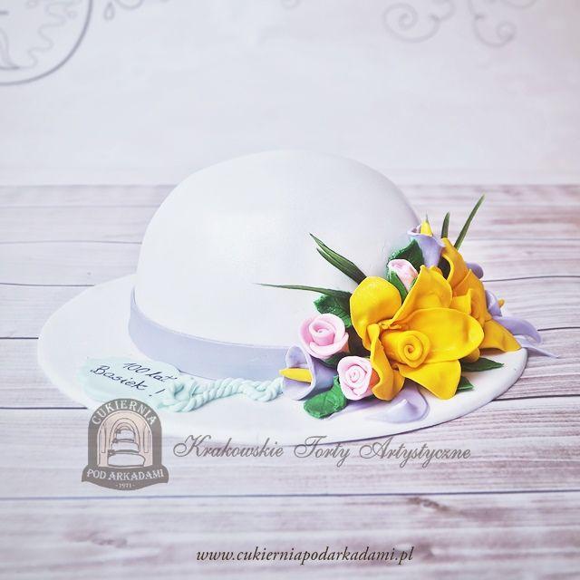84BA Tort w kształcie kapelusza z kwiatami.3D hat shaped cake decorated with edible flowers.